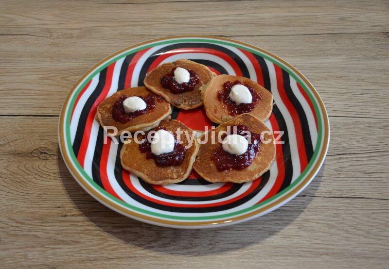 Jablečné lívance s marmeládou a smetanou