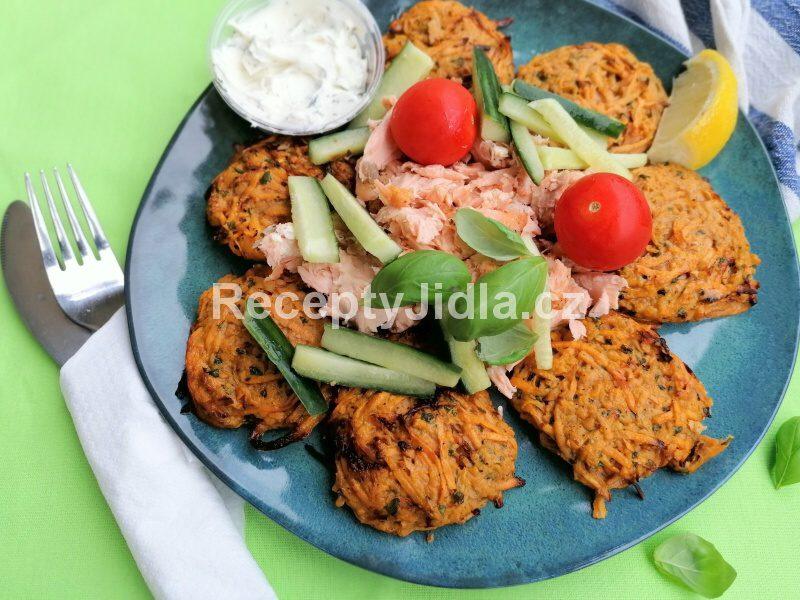 Batátové placičky s lososem, domácí majonézou a zeleninou