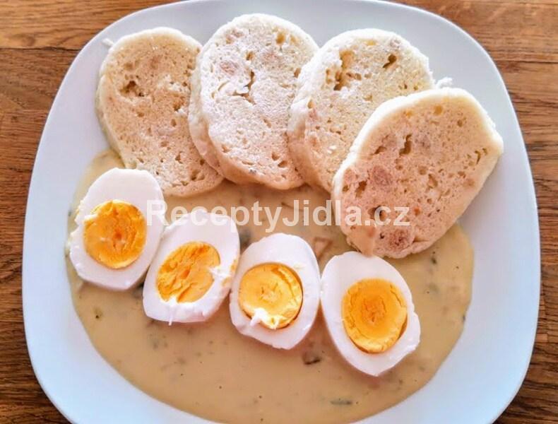 Žampionová omáčka, vařené vejce, kynutý knedlík