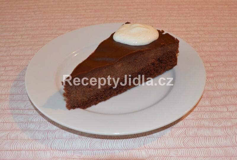 Čokoládový dort s jablky
