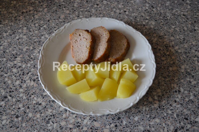 Domácí sekaná pečeně z mletého masa s bramborem