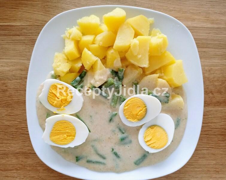 Fazolové lusky na smetaně, vařené vejce, brambor