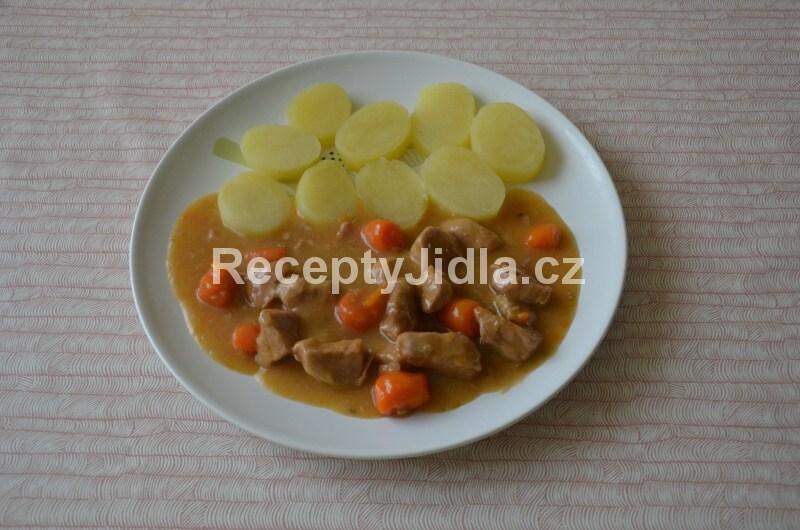 Vepřové maso na mrkvi s bramborem