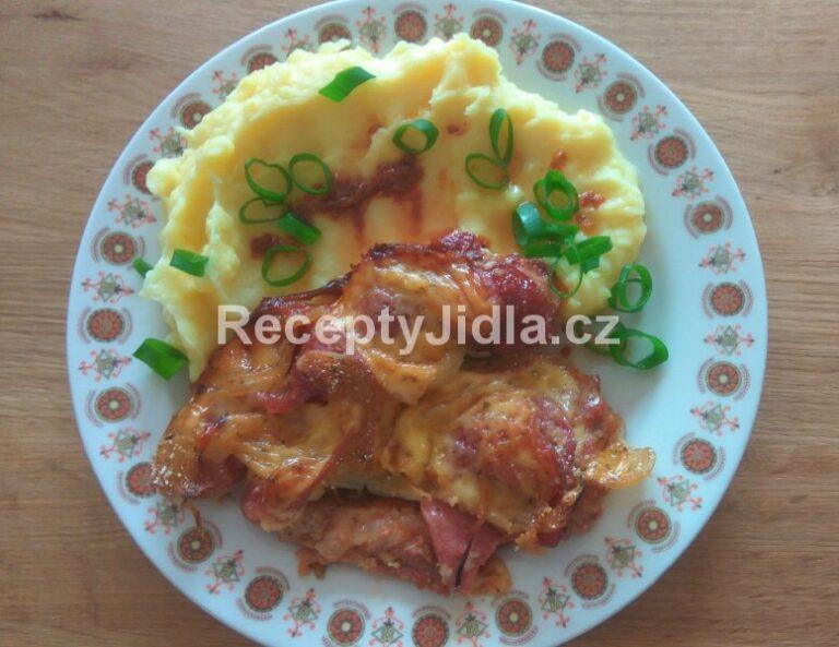 Vepřová kýta zapečená se slaninou a uzeným sýrem, bramborová kaše