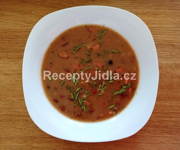 Fazolová polévka s klobásou a smetanou
