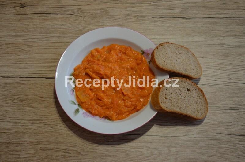 Zeleninové lečo s párkem a chlebem